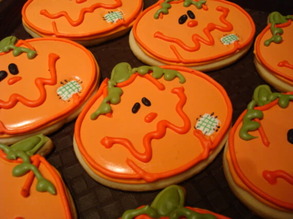 Fun And Simple Ideas For Decorating Halloween Cupcakes (18)