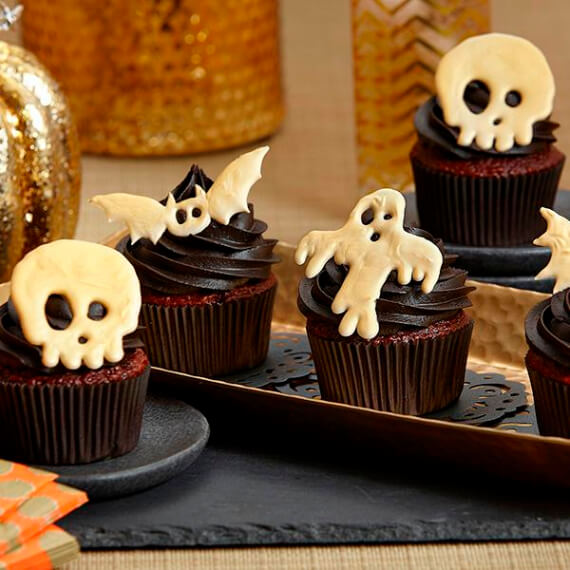 Fun And Simple Ideas For Decorating Halloween Cupcakes (21)