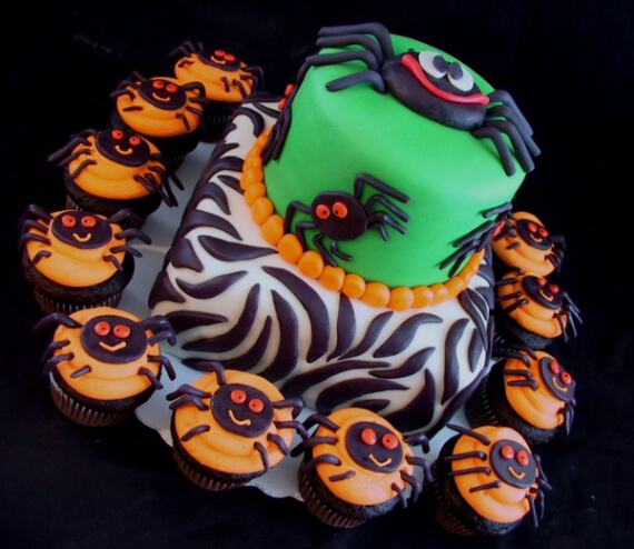 Fun And Simple Ideas For Decorating Halloween Cupcakes (22)