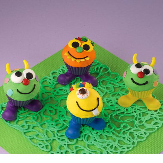 Fun And Simple Ideas For Decorating Halloween Cupcakes (39)