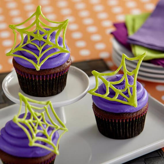Fun And Simple Ideas For Decorating Halloween Cupcakes (6)