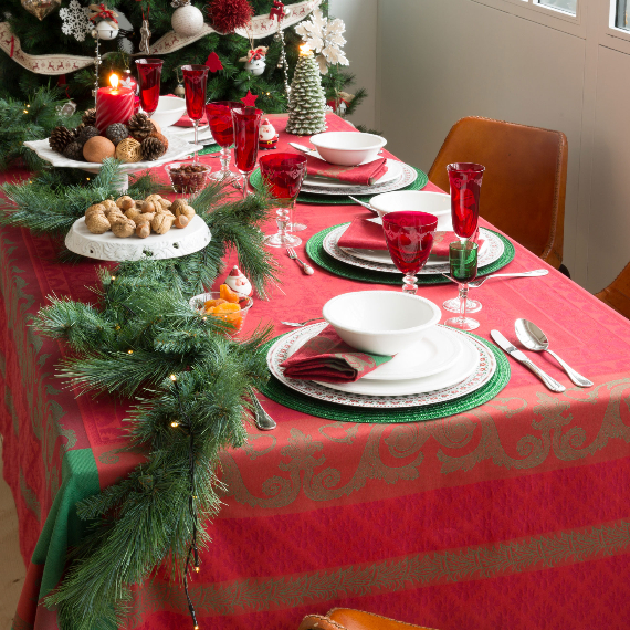 Christmas Dining Table Decor In Red And White (11)
