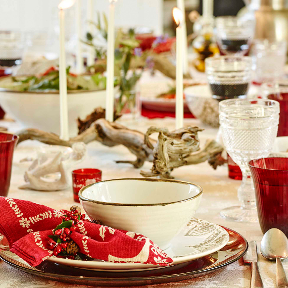 Christmas Dining Table Decor In Red And White (4)