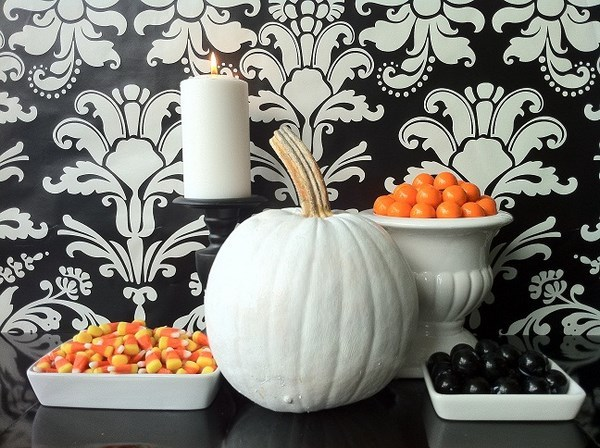 Modern-Halloween-decoration-ideas-Halloween-candy-display