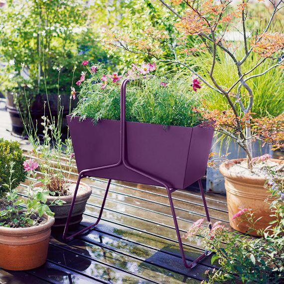 Fermob-Basket-Blumenkasten-hoch-aubergine-Situation