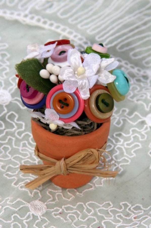 Creative DIY Craft Decorating Ideas Using Colorful Buttons (23)