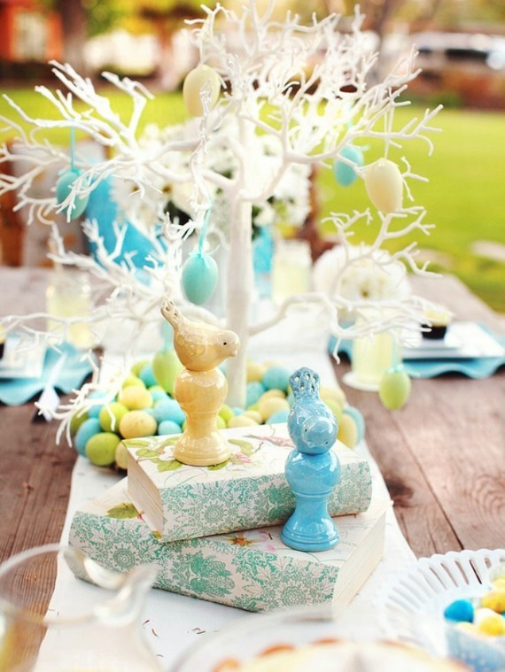 Easter decoration, mainly floral. Table arranged with a lot of finesse