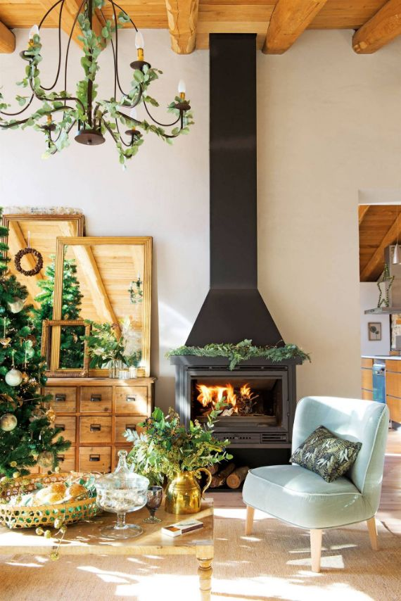 Christmas-decorated-fireplace-look for a harmonic decoration