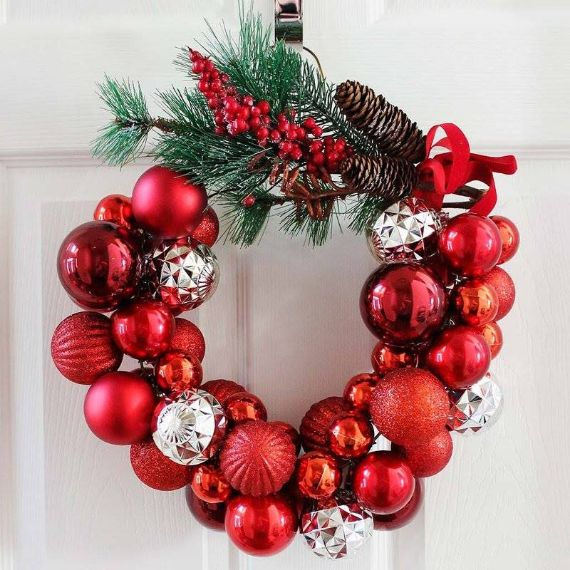 RED HOT CHRISTMAS BALL WREATH IDEAS;