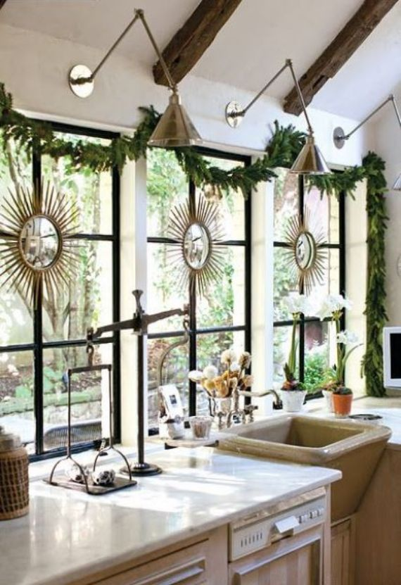 an-evergreen-Christmas-garland-blooming-bulbs-for-cool-holiday-decor