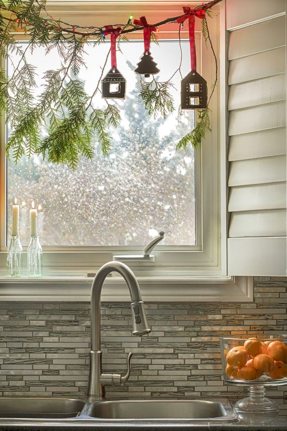 kitchen-window-with-christmas-decoration-royalty- (1)