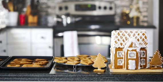 making-christmas-gingerbread-house-and-cookies- (1)
